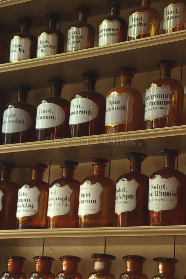 Enkhuizen, Pays-Bas - 12 octobre 2018 : bouteilles de pharmacien de vintage image stock
