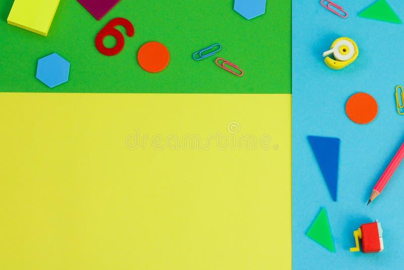 Enkla blyertspennor, highlighters, neongemmar kontorstillförsel för studie ämne: tillbaka till skola royaltyfria bilder