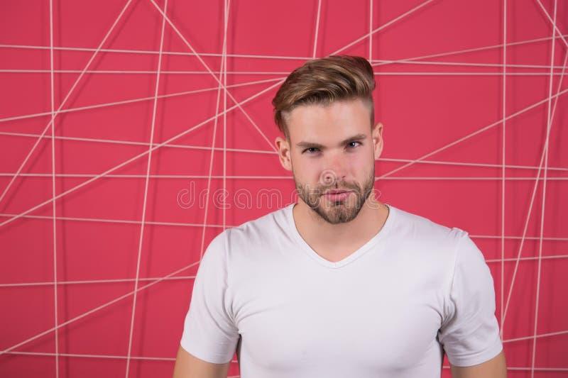 Enkla hackor som gör frisyren bättre Använd den högra produkten som utformar hår Säkert med den rumsrena frisyren Barberarefrisyr arkivfoto