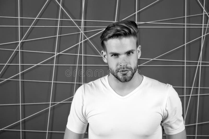 Enkla hackor som gör frisyren bättre Använd den högra produkten som utformar hår Säkert med den rumsrena frisyren Barberarefrisyr royaltyfri bild