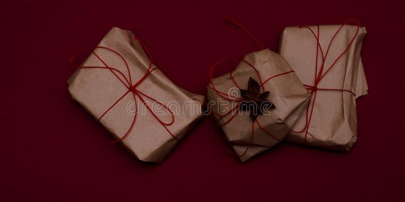 Enkla handgjorda inslagna presenter arkivbild