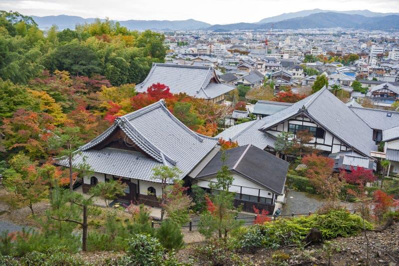Enkoji寺庙和北部京都市地平线风景顶视图在秋天期间 免版税图库摄影