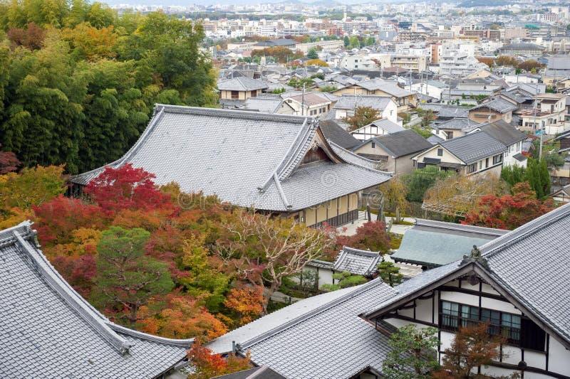Enkoji寺庙和北部京都市地平线风景顶视图在秋天期间 库存图片