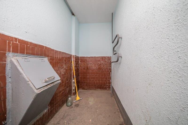 Enlèvement des ordures de bâtiment photo stock