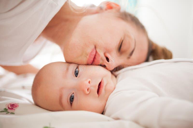 Enlace de la madre y del hijo imagen de archivo libre de regalías