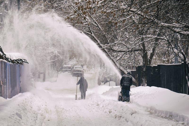 Enlever la neige de la rue de Moscou utilisant le ventilateur de neige photo stock