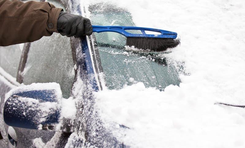 Enlever la neige du véhicule photographie stock libre de droits
