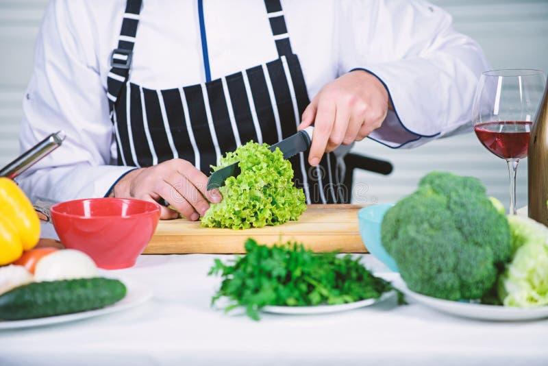 Enligt recept Anv?ndbart f?r viktigt belopp av att laga mat metoder Grundl?ggande laga mat processar Ledar- kock f?r man eller arkivfoto