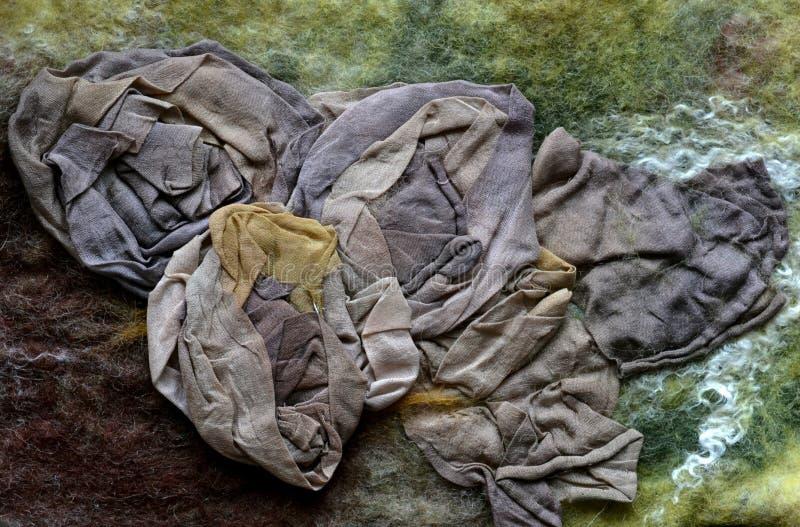 Enmarañado de seda coloreada comprimido con el pelo multicolor en el web imagen de archivo