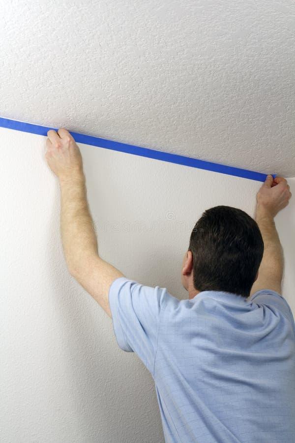 Enmascarado de una pared con la cinta azul foto de archivo libre de regalías