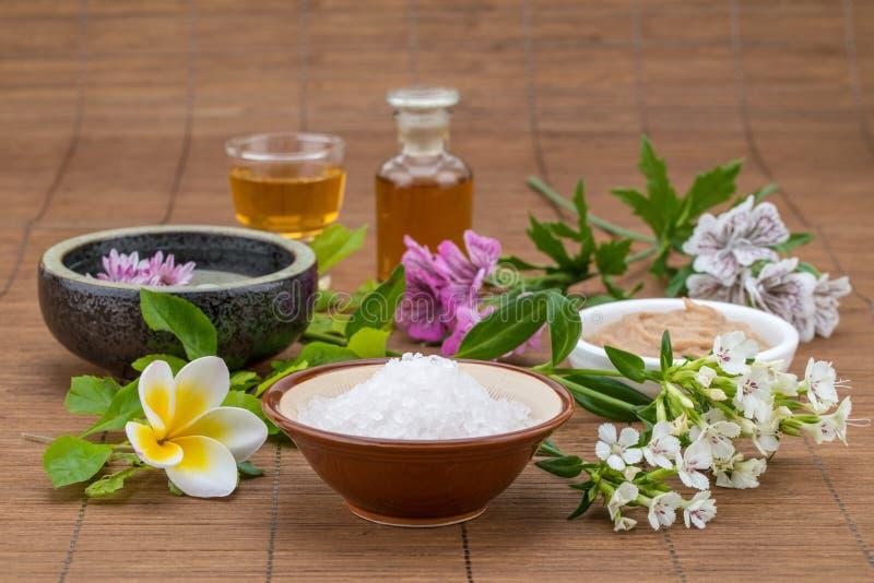 Enmascare el cuenco blanco, aceite esencial, fondo de la flor del cuenco de la sal para fotografía de archivo