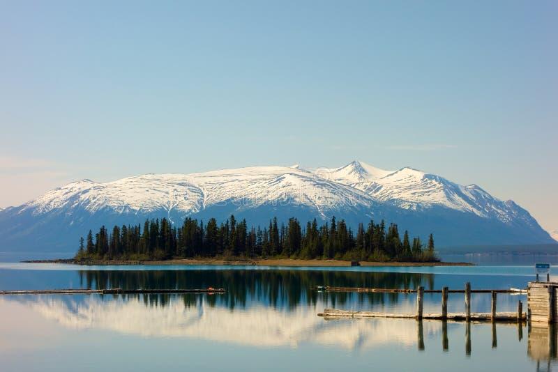 Enmatad sjö i de steniga bergen royaltyfria foton