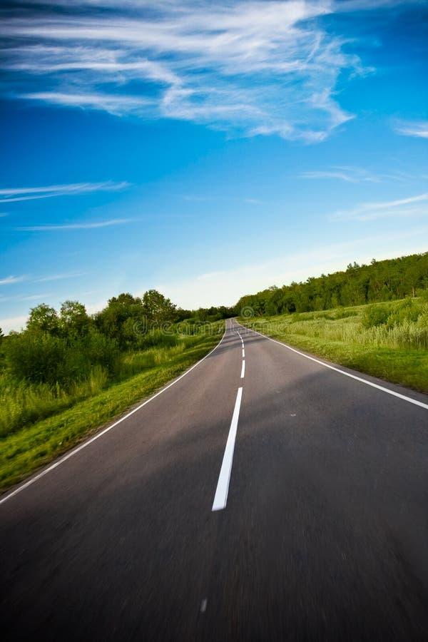 Ennegrezca el camino de la carretera imágenes de archivo libres de regalías
