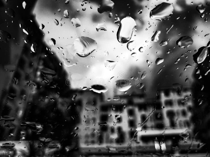 Ennegrezca la lluvia fotos de archivo