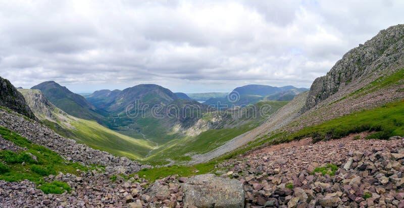 Ennerdale dolina przeglądać od wietrznej przerwy, Jeziorny okręg fotografia royalty free