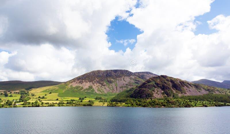 Ennerdale för bergsikt vatten nationalpark Cumbria England UK för område för sjö arkivbilder