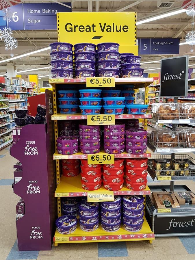 Ennis Irland - November 17th, 2017: Tesco lagrar i Ennis County Clare, Irland Val av olika julchoklader, sötsaker arkivfoton