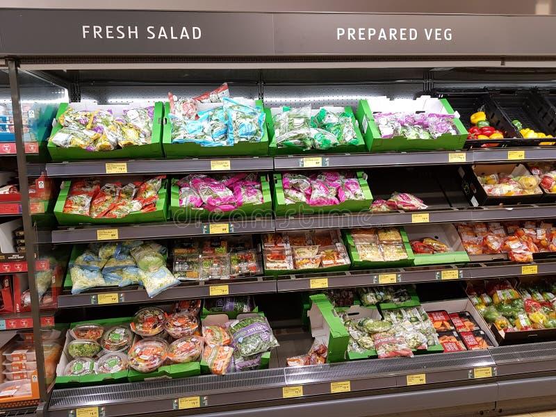Ennis, Irlanda - 17 novembre 2017: Deposito di Aldi in Ennis County Clare, Irlanda Selezione di varia insalata fresca e pronta immagini stock