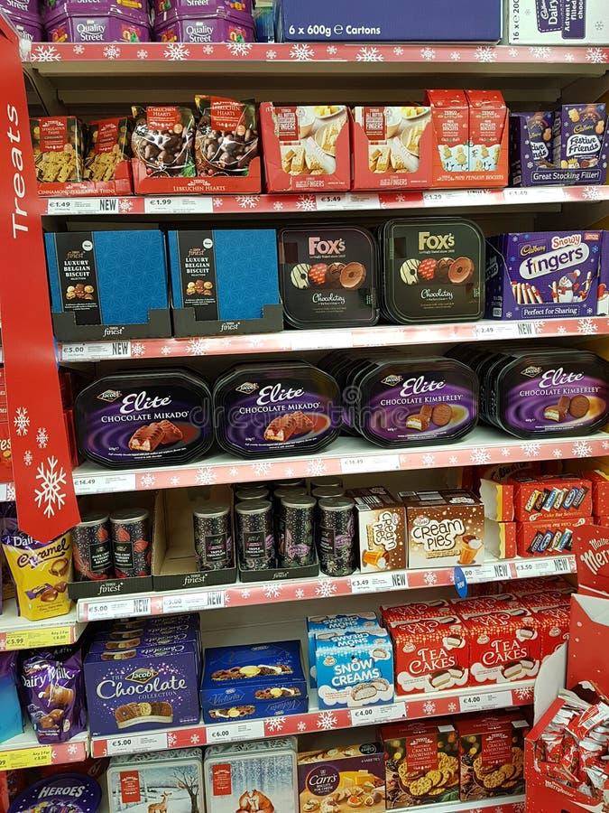 Ennis, Irlanda - 17 novembre 2017: Tesco immagazzina in Ennis County Clare, Irlanda Selezione di vario cioccolato di Natale, dolc fotografie stock