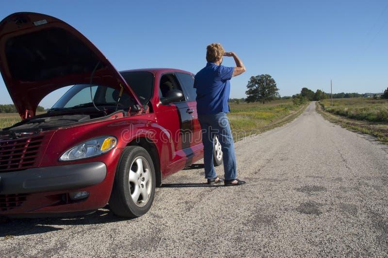 Ennui aîné mûr de véhicule de femme, panne de route image libre de droits