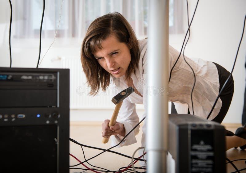 Ennuis d'ordinateur - femme fâché d'affaires image stock