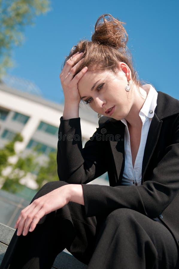 Ennuis - femme inquiété d'affaires image stock