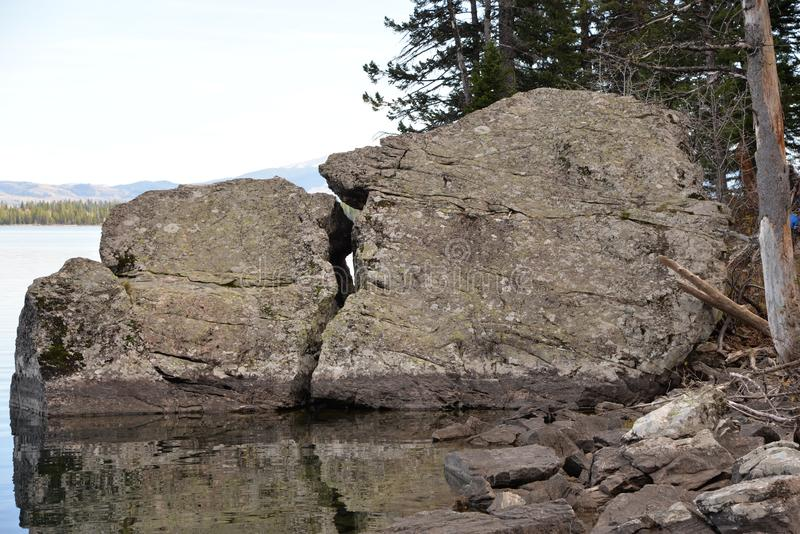 Enny Lake in het Nationale Park van Grand Teton biedt een sleep rond het volledige meer aan stock fotografie