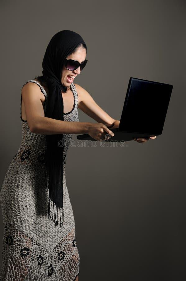 Enojado con la computadora portátil imagen de archivo libre de regalías
