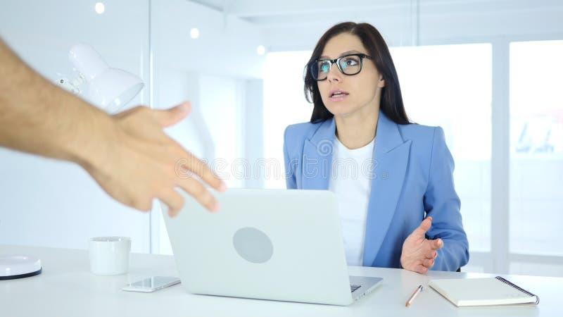 Enojado en el trabajo, mujer joven que reacciona a Boss fotografía de archivo