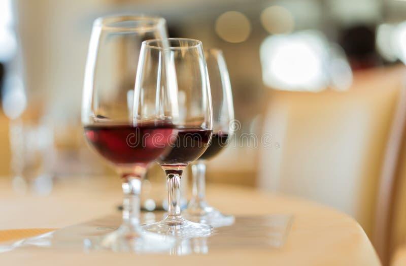 Enologii degustacja wielki rocznika czerwone wino w wineglass zdjęcia royalty free