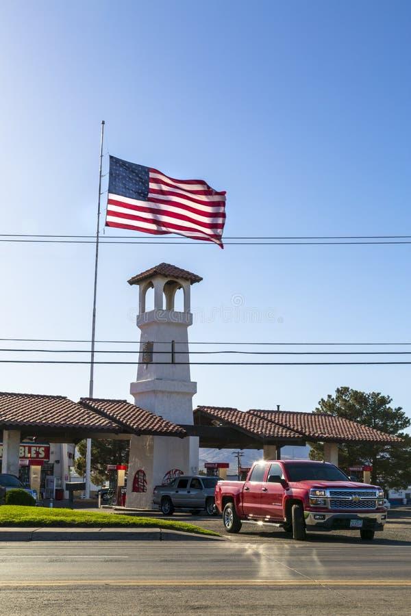 Enorm amerikanska flaggan på Route 66, Kingman, Arizona, Amerikas förenta stater, Nordamerika royaltyfri foto