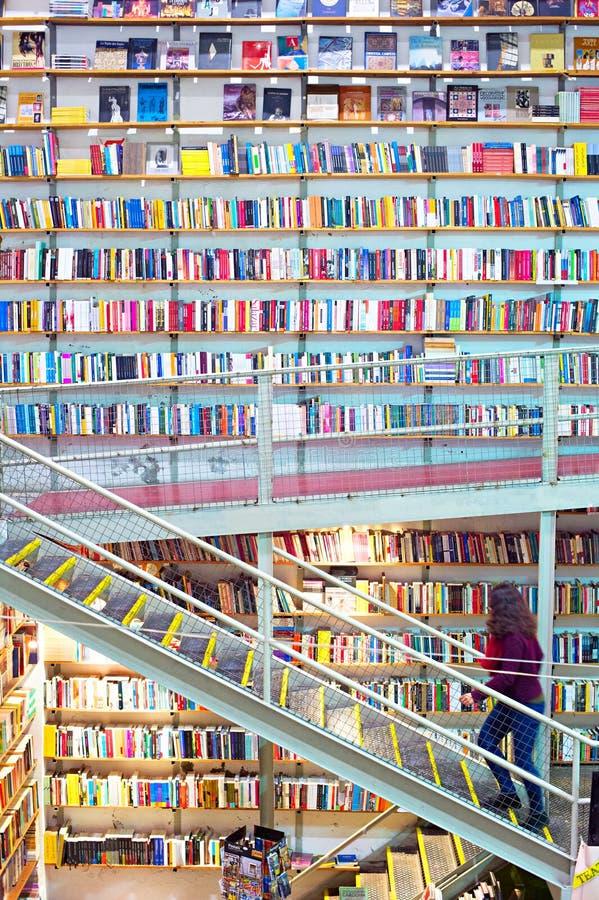 Enorm bokhandel lisbon portugal arkivfoto