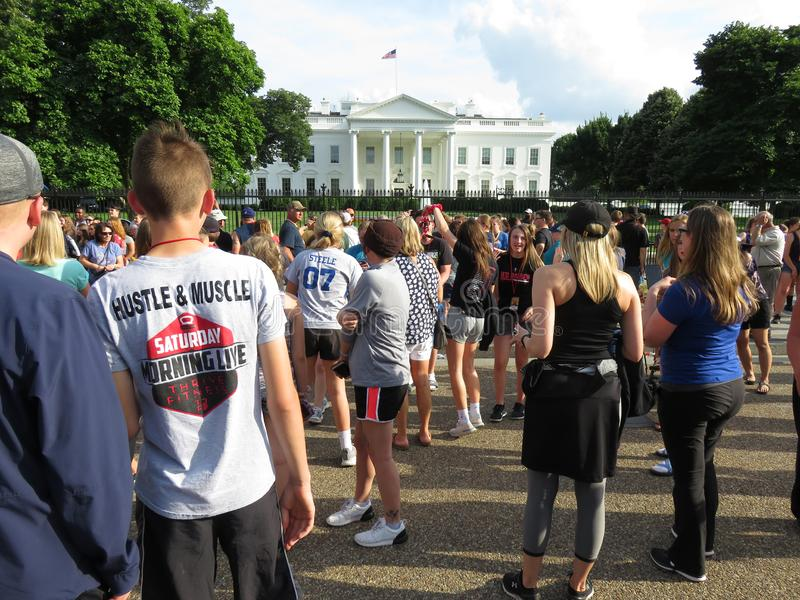 Enorm folkmassa av folk på Vita Huset i Washington DC royaltyfria bilder