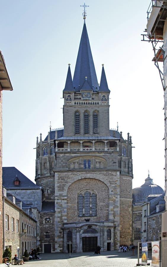 Enorm gotisk domkyrka i den tyska staden Aachen fotografering för bildbyråer