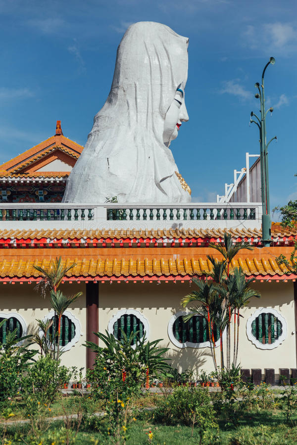 Enorm Guanyin-standbeeld over de Chinese stijlbouw in Kek Lok Si Temple in George Town Panang, Maleisië stock foto's