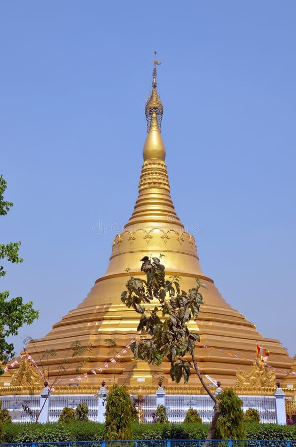 Enorm guld- buddistisk stupa arkivfoton