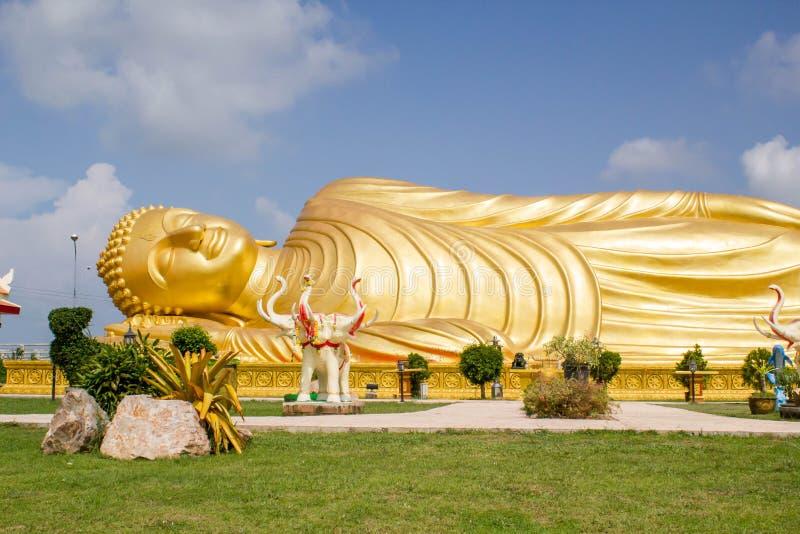 Enorm guld- sova Buddha med blå himmel royaltyfria foton