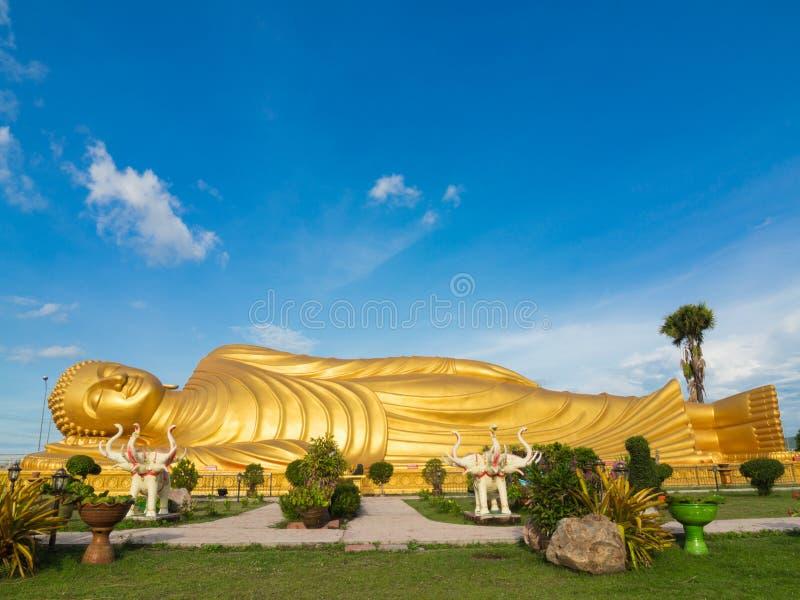 Enorm guld- sova Buddha på Songkhla Thailand arkivfoton