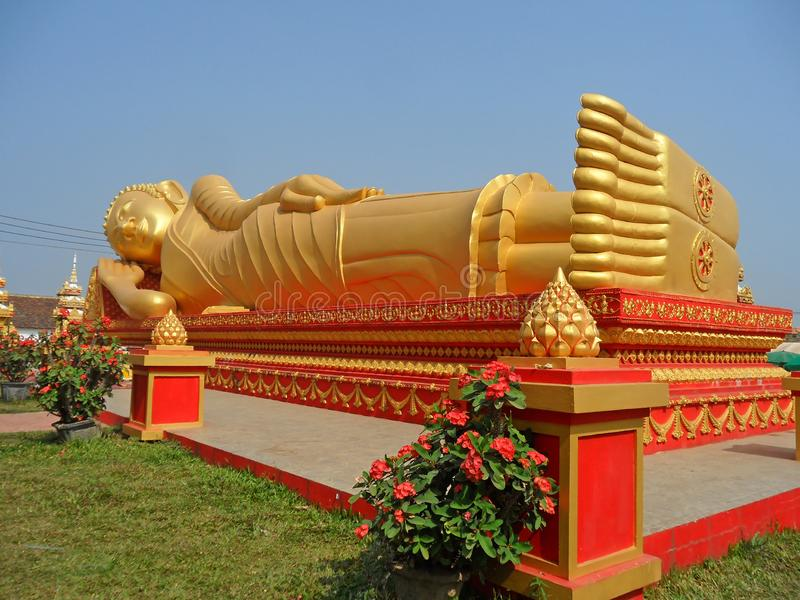 Enorm guld- vilaBuddhabild på Wat That Luang Tai Temple, del av PhaThat Luang i Vientiane, Laos arkivfoton