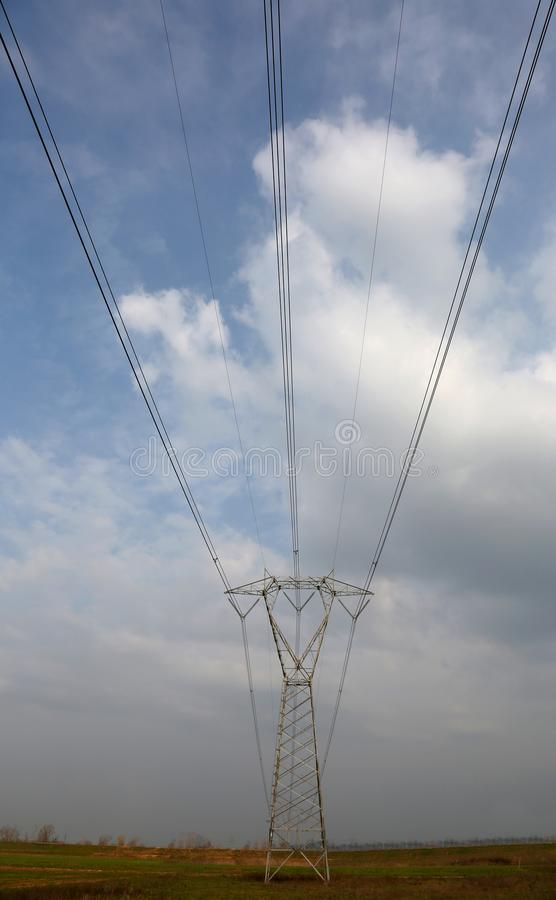 Enorm hög spänningspylon med elektriska trådar arkivbild