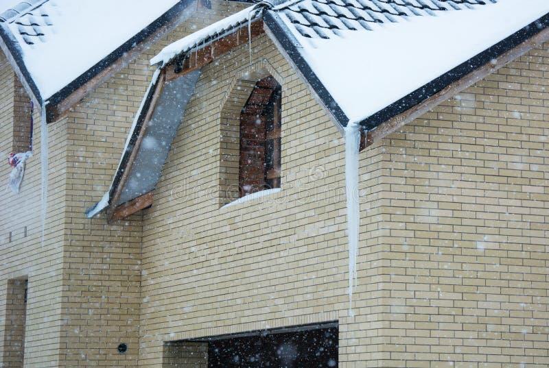 Enorm istapp på taket fara snowfall fotografering för bildbyråer