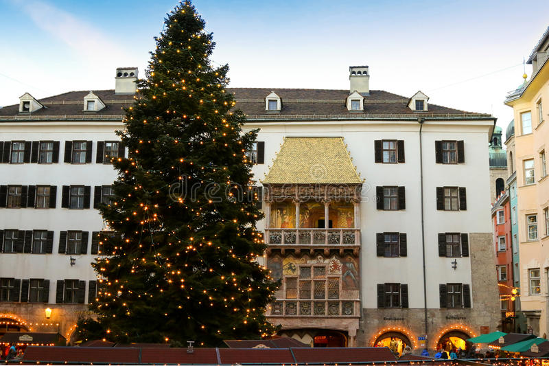 Enorm julgran framme av det guld- taket i Österrike arkivbild