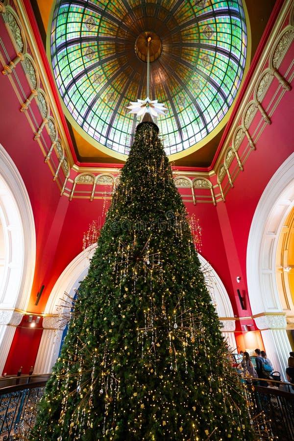 Enorm julgran inom drottningen Victoria Building eller QVB i Sydney NSW Australien royaltyfri foto