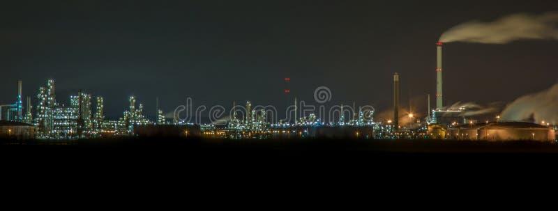 Enorm kraftverk med många ljus på natten arkivbild