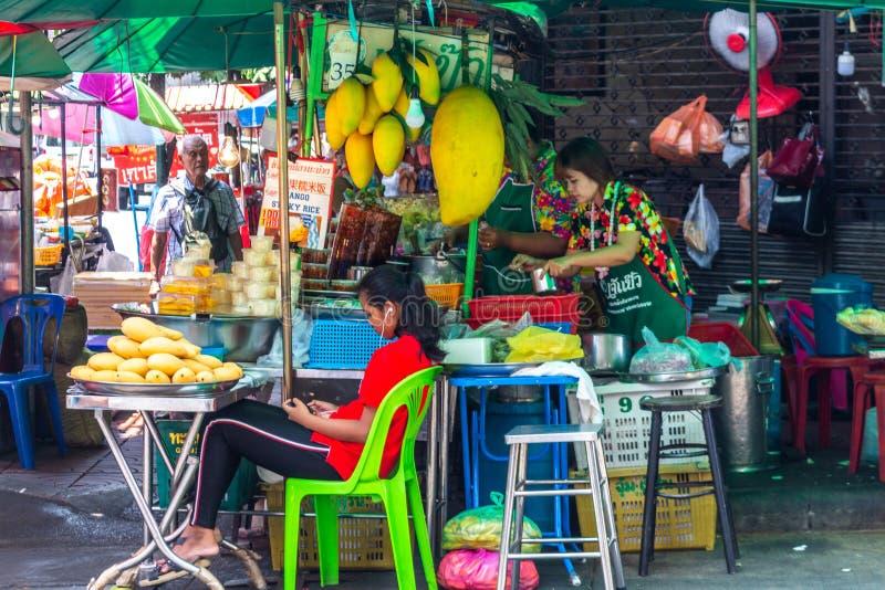 Enorm mango som säljs på gatan Bangkok royaltyfri foto