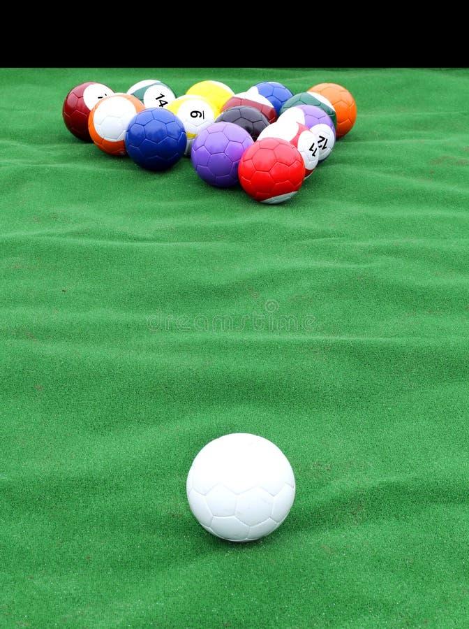 Enorm pöltabell med fotbollbollar i stället för billiardbollarna royaltyfria bilder
