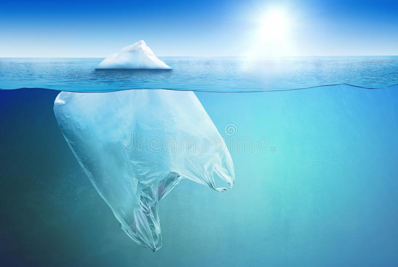 Enorm plastpåse som svävar i det öppna havet som ett isberg royaltyfri foto