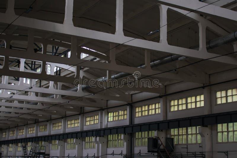 Enorm, produktionrum med Windows och strålar, sidosikt royaltyfria foton