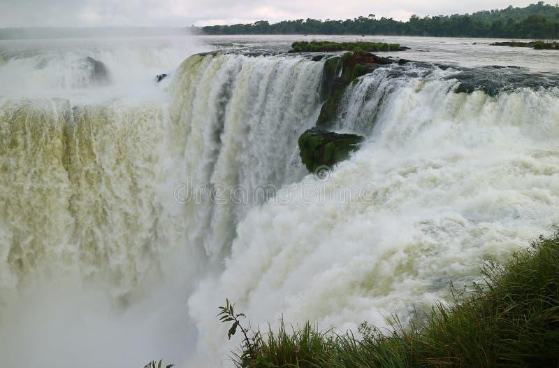 Enorm sikt av området för hals för jäkel` s av Iguazu Falls på den argentinska sidan, Misiones landskap, Argentina royaltyfri foto