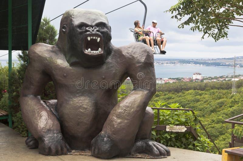 Enorm skulptur av en gorilla på cablewayen i den Safari Park semesterortstaden Gelendzhik, Krasnodar region, Ryssland arkivbild
